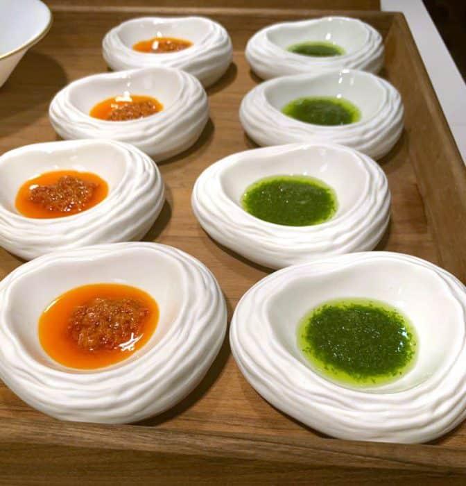 Platos de mojo rojo y mojo verde